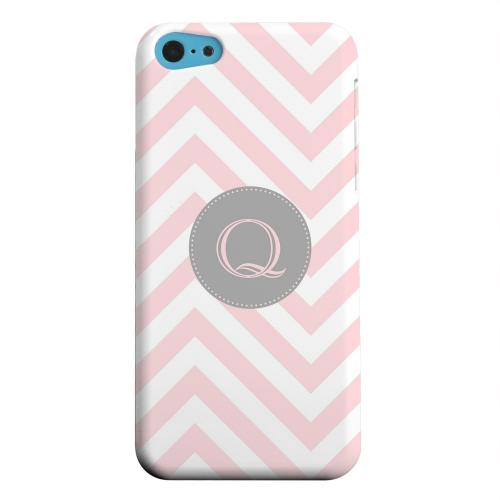 Geeks Designer Line (GDL) Apple iPhone 5C Matte Hard Back Cover - Gray Button Monogram Q on Pale Pink Zig Zags